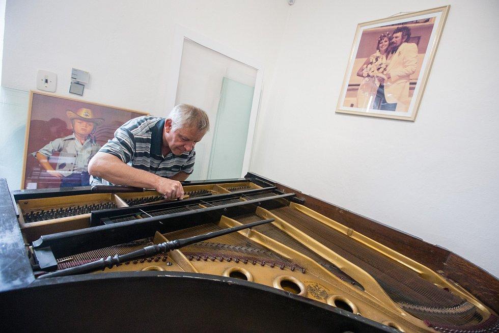 Ladění klavíru na výstavě Waldemara Matušky na zámku v Polici na Třebíčsku.