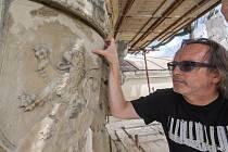 Tým restaurátorů nyní pracuje na arkýři na východním průčelí zámku a na zdobených arkádách vnitřního nádvoří. Pracuje se také na opravách kamenných ostění oken, rekonstrukci dřevěných částí oken a obnovuje se omítka vstupního křídla.