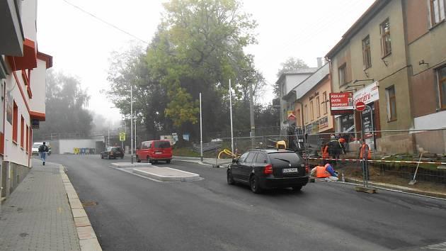 V opravené Nádražní ulici je nový ostrůvek.