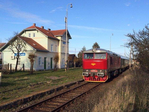 Fotozastávka na jemnické dráze na nádražíčku Třebelovice, kde se natáčela válečná komedie Stůj, nebo tě zastřelím.