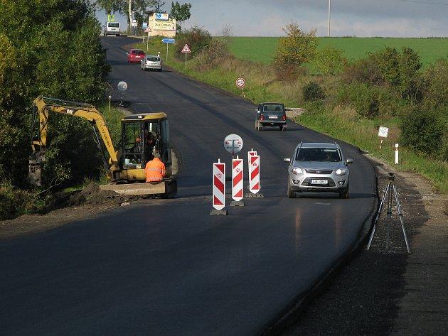 Nově opravená silnice z Třebíče směrem k Jaderné elektrárně Dukovany.