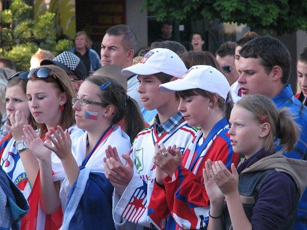 Českým hokejistům se fandilo o víkendu také na Karlově náměstí v Třebíči.
