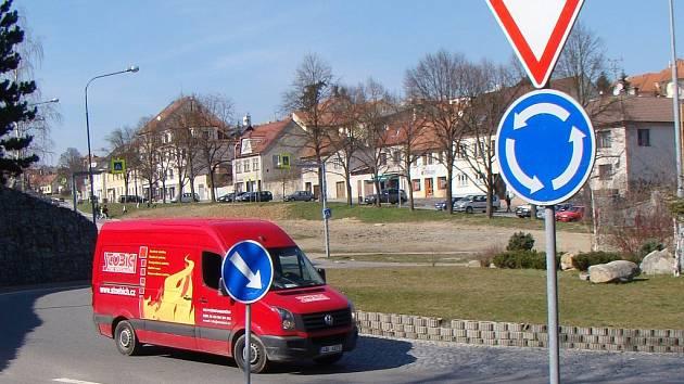 Na všech kruhových objezdech na Třebíčsku, včetně toho v Náměšti, platí zavedená pravidla.