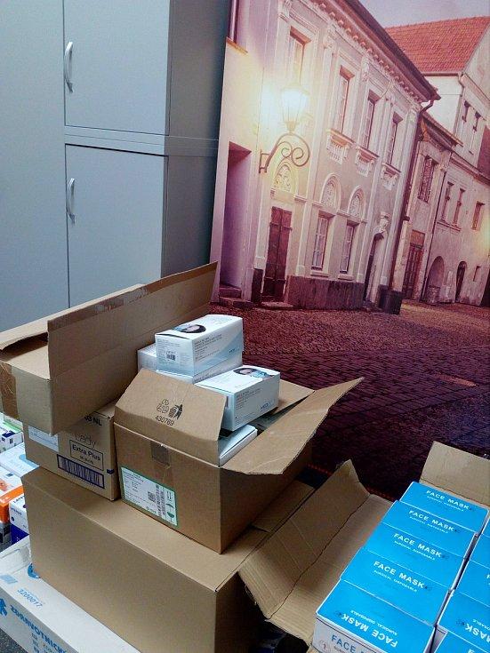 Zdravotnický materiál, který je shromážděný v prostorách třebíčské radnici coby humanitární pomoc ,poputuje do čínského Yichangu.