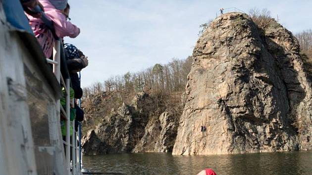 OBRAZEM: Ve vodě pod Wilsonkou oslavili medvědi narozeniny svého člena