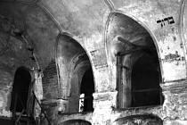 Interiér Zadní synagogy před rekonstrukcí.