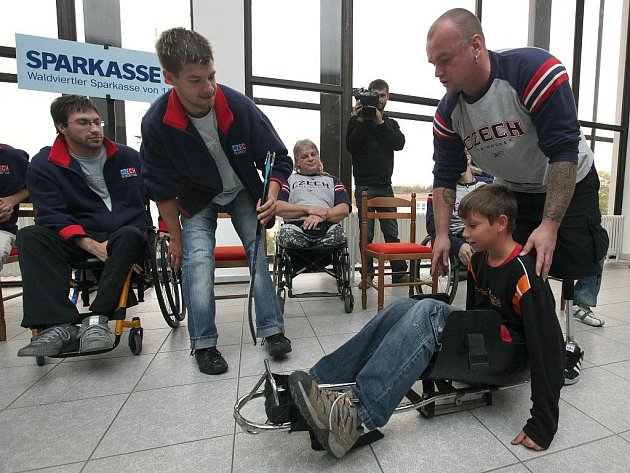 O tom, že se bez pohyblivých nohou může hrát i hokej, a to na vrcholové úrovni, přijeli školákům i veřejnosti ukázat členové národní reprezentace ve sledge hokeji.