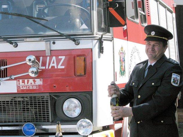Dobrovolní hasiči v Rudíkově si nechali posvětit nové hasičské auto