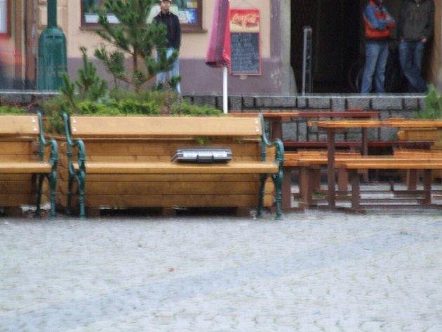 Na lavičce u stánku s občerstvením na Karlově náměstí ve čtvrtek odpoledne někdo zanechal plastový kufřík s neznámým obsahem. Městská policie krátce po nahlášení před sedmnáctou hodinou nechala vyklidit přilehlé prostory a objednala pyrotechnika.