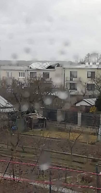 V Moravských Budějovicích silný vítr poškodil střechu.