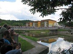 Odpůrci na mostě a po obou březích řeky vytvořili lidský řetěz, kterým symbolicky uzamkli řeku před případnou stavbou přehrady Čučice.