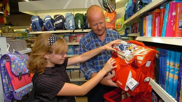 Stále více rodičů v posledních dnech navštěvuje papírnictví a obchody s kancelářskými potřebami.