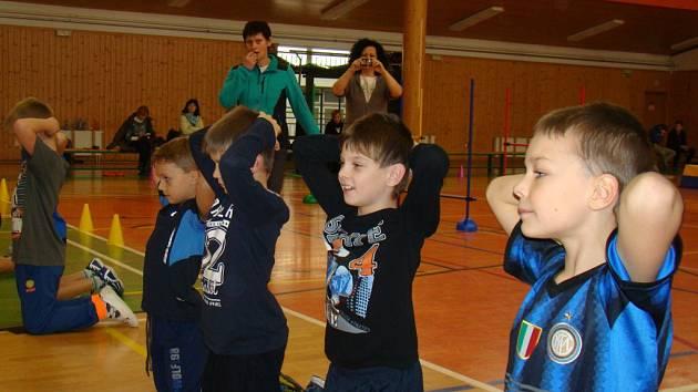 Učitelka Dagmar Zelinková (na snímku v zelenomodré bundě) právě řídí pohybové cvičení při hodině tělocviku. vyučování přihlíželo během včerejšího dopoledne několik desítek pedagogů z celé republiky. Navzájem se učili, jak děti zaujmout.