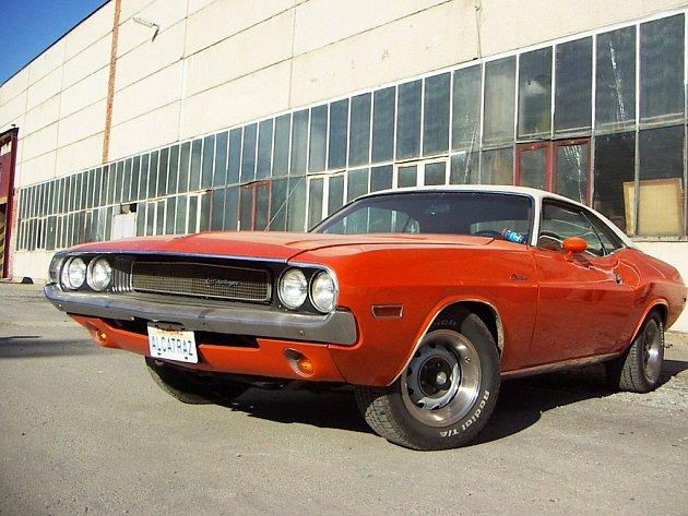 Oranžový Dodge Challenger 1970 jezdí v ulicích Třebíče. Zvuk jeho motoru zvukem nikdo nepřeslechne.