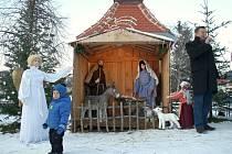 V Příložanech svítí stromek i betlém. Za dětmi tam už také přišel Mikuláš.