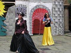 Pohádky byly hlavním tématem letošního již jedenáctého ročníku akce Oživený zámek, která o se o víkendu uskutečnila na zámku v Náměšti nad Oslavou.