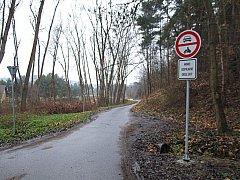 Zahrádkáře v třebíčské rekreační oblasti Poušov vystrašila nedávno nová dopravní značka.