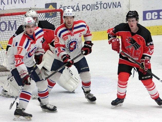Třebíčští junioři (v bílém) museli domácí zápas 34. kola ligové skupiny Střed proti Chrudimi otáčet.