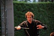 Dirigent zahajovacího koncertu festivalu Petra Dvorského Sebastiano Rolli.