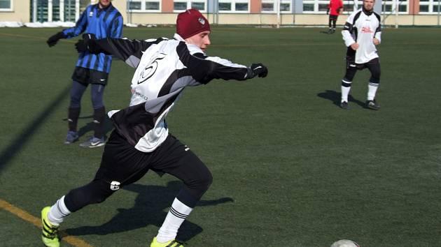 Zajímavou fotbalovou podívanou nabídl zápas mezi Šebkovicemi (v bílém) a  Hartvíkovicemi (na snímku ... ca10769a1a