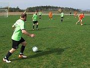 Pyšel (v oranžovém) po celý zápas marně dobýval branku Horního Újezdu (na snímku), a tak gól hostujícího Smažila z desáté minuty byl rozhodujícím momentem celého utkání.