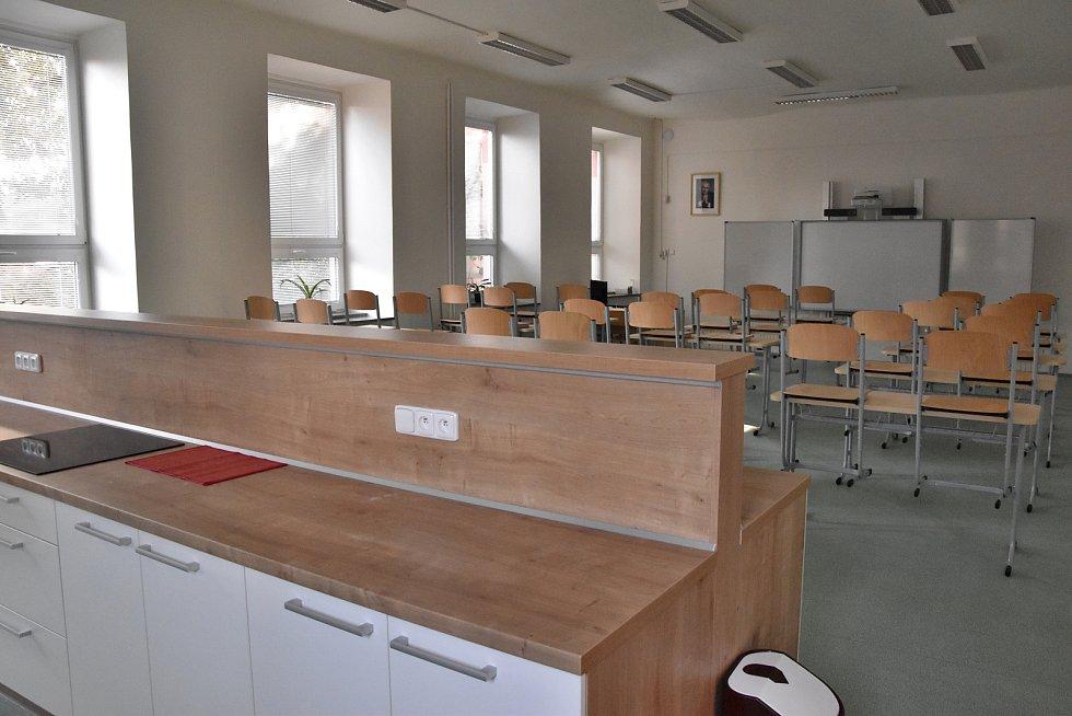 Ve druhé budově, kterou navštěvuje druhý stupeň v minulých letech dokončili rekonstrukci učebny praktické výuky