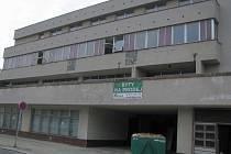 V budově probíhají bourací práce. Byty v ní vzniknou na jaře 2017.