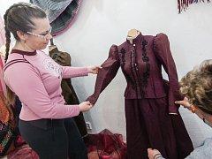 Módní trendy nemění šatníky žen pouze v současné době. Stejné to bylo i před více než sto lety. Co bylo tehdy mezi dámami in, ukazuje čerstvě otevřená výstava běžných ženských oděvů z přelomu devatenáctého a dvacátého století v Náměšti nad Oslavou.