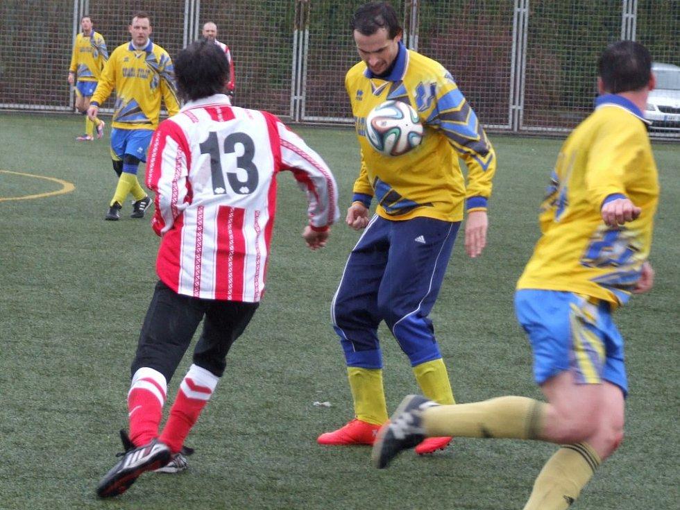 Vladislav (ve žlutém) se s fotbalisty Náměště-Vícenic rozešla smírně.