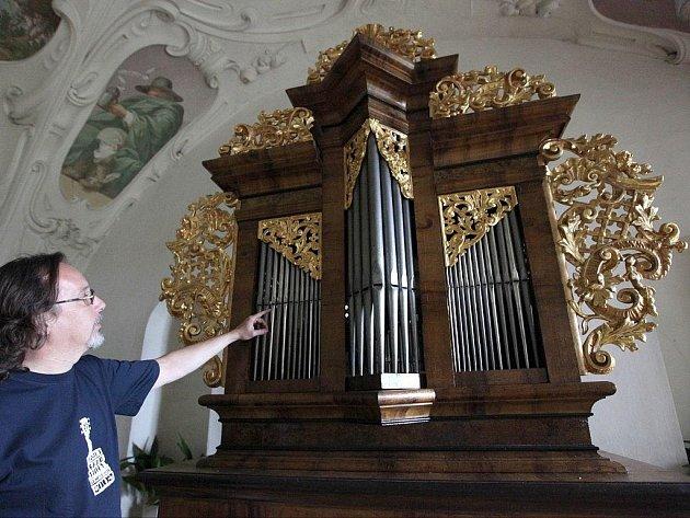 Jedinečný nástroj z roku 1745 mohou spatřit návštěvníci zámku v tamní knihovně.