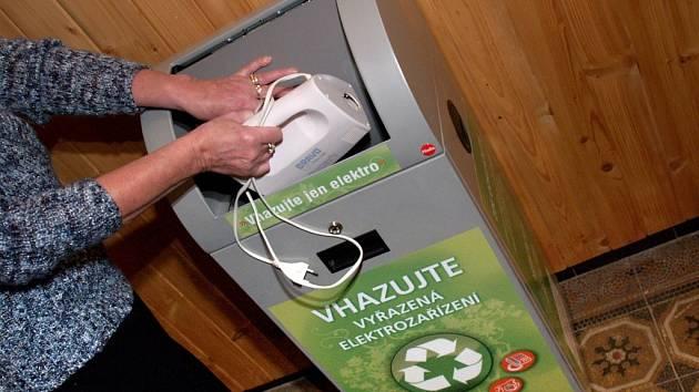 KONTEJNER VE STARČI. Městys Stařeč si v červnu zapůjčil speciální box, do kterého lze odložit vysloužilé elektropřístroje. Zatím je plný z poloviny.