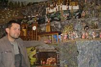 """Přes 370 papírových a vyřezávaných figurek lze najít v Dvořákově vladislavském betlému. Většina je ručně malovaných. """"Zvlášť u těch dřevěných to musela být neuvěřitelně titěrná práce. Jsou to skutečná umělecká díla,"""" poznamenal prapravnuk tvůrce."""