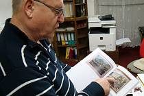 Václav Kovář, vedoucí budějovického muzea představuje knihu o osudech Vladimíra Spousty.