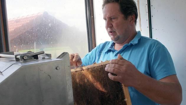 Kamil Kurtin, majitel račické Včelařské farmy Kurtin, včelaří od dětství. Dnes má tři stovky včelstev, přičemž z jednoho vzejde za rok průměrně třicet až čtyřicet kilo medu.