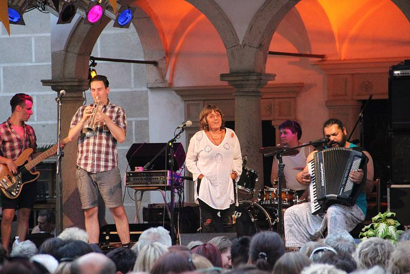 Telč -  Jednou ze dvou prázdninových zastávek herečky a zpěvačky Báry Hrzánové vystupující se skupinou Condurango byla včerejší zastávka na Prázdninách v Telči.Bára Hrzánová společně se skupinou vystoupila před plným nádvořím telčského zámku o půl osmé ve