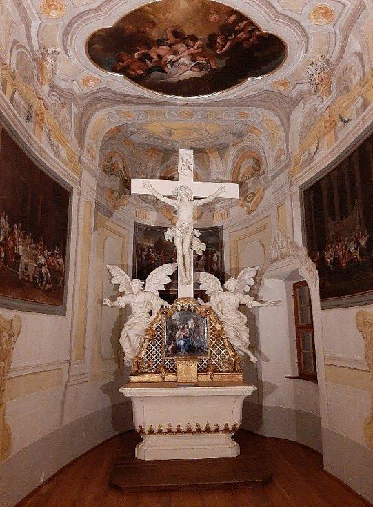 Oltář po dokončení oprav.