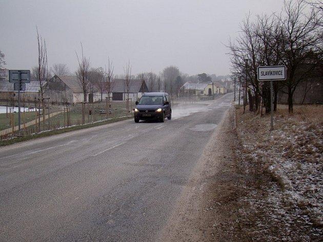 Silnici vedoucí přes Slavíkovice bude ze svých i evropských prostředků opravovat Kraj Vysočina. Začít by se mohlo už v dubnu. Práce potrvají přes půl roku.