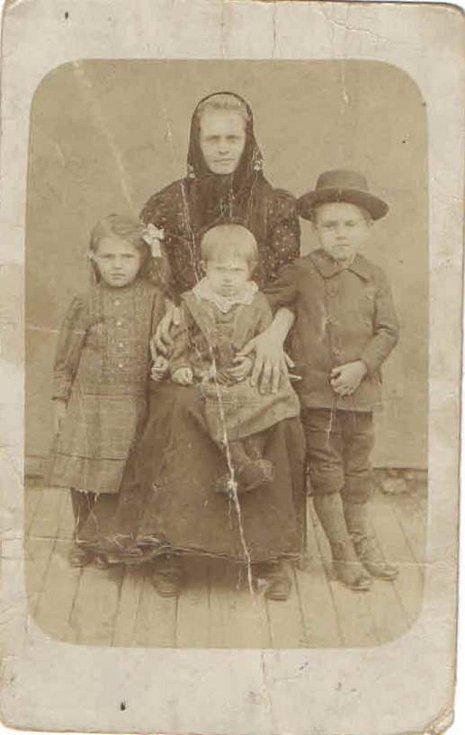 Marie Kovárníková s dětmi vlevo Marie, uprostřed Ludmila, vpravo bratr Rudolf.