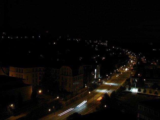 Pohled z noční městské věže v Třebíči.