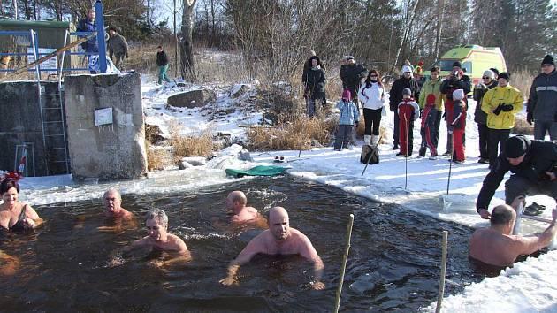 Třebíčští otužilci, kteří si říkají Lední medvědi, podstoupili v sobotním dopoledni neobvyklý pokus. Před vstupem do vody si nechali změřit tělesné hodnoty za lékařského dozoru. Stejné měření podstoupili po ledové koupeli na mrazivém vzduchu.