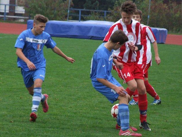 Mladší dorostenci Horáckého fotbalového klubu Třebíč (v pruhovaném) zvítězili v 10. kole divize D nad Blanskem vyšším rozdílem, než jejich starší kolegové.