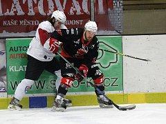 Úspěšně si počínali hokejisté Žďáru nad Sázavou (v černém) při sobotním utkání 26. kola na ledě Klatov. Plameny od začátku zápasu vedly a i přes drobné komplikace ve druhé třetině dovezly domů všechny tři body za výhru 6:3.