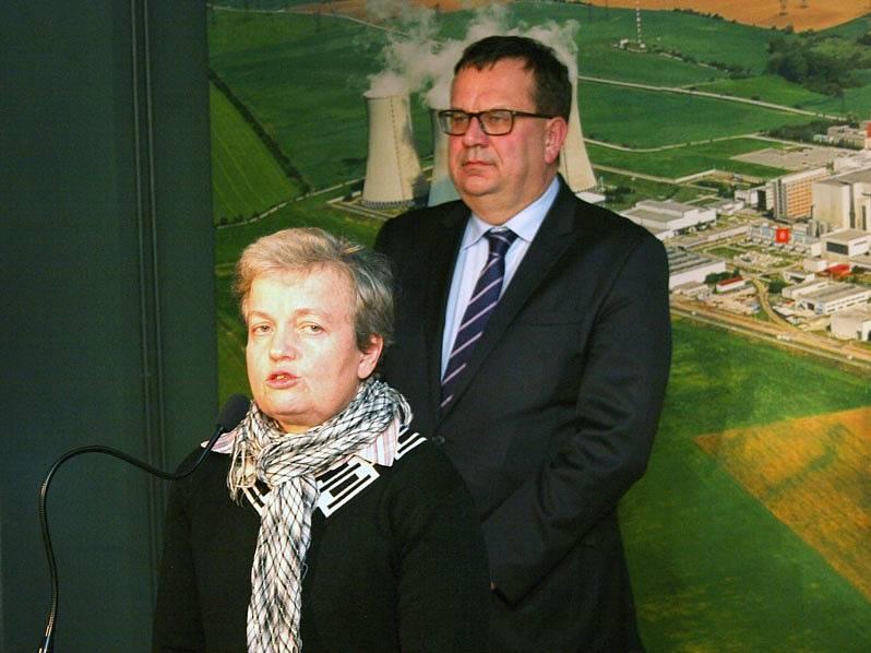 Předsedkyně Státního úřadu pro jadernou bezpečnost Dana Drábová a ministr průmyslu a obchodu Jan Mládek v Dukovanech.