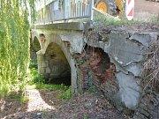 Mostek přes Ptáčovský žleb je ve špatném stavu a hroutí se.