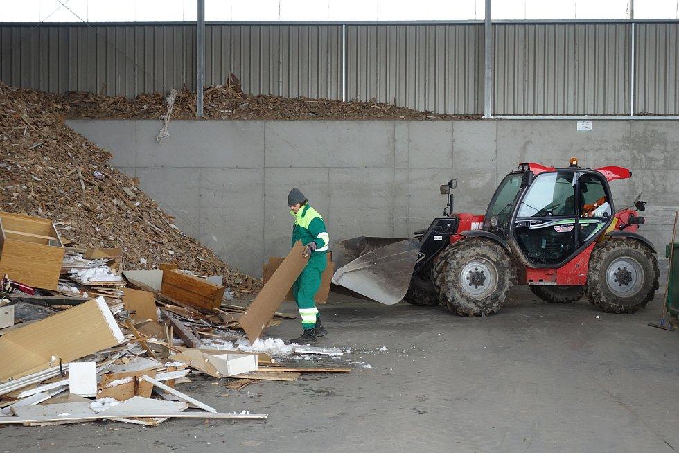 Skládka v Petrůvkách. V této hale se dotřiďuje odpad. V sousedství vyroste překladiště.