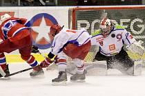 Jednoznačný průběh mělo derby třetího kola nadstavbové části Ligy mladšího dorostu mezi hokejisty Horácké Slavie (v bílém) a lídrem skupiny Střed z Havlíčkova Brodu. Třebíč dvě třetiny bránila nerozhodný stav, ale pak Rebelové udeřili.