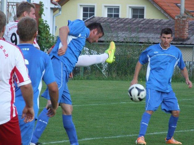 Stařeč (v modrém) nebodovala ani v pátém utkání sezony. Bystřická rezerva rozhodla už v první půli.