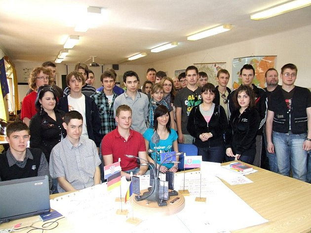 Na Střední škole řemesel v Třebíči se tento týden hovoří mnoha jazyky. Sjeli se sem mladí studenti a učni ze středních škol v Německu, Rumunsku, Chorvatsku a ze Slovenska. V rámci projektu Comenius vytváří společný umělecko–technický  objekt.