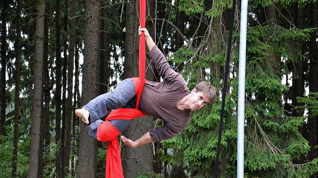 Akrobacie na šále je jednou z disciplín, kterou účastníci mezinárodní dílny v ekologickém středisku Chaloupky nacvičují.