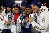 Z olympiády v Soči si český biatlon odvezl hned pět cenných kovů. Masérka Irena Česneková se fotí se všemi medailisty –  s Veronikou Vítkovou, Jaroslavem Soukupem, Gabrielou Soukalovou a Ondřejem Moravcem.